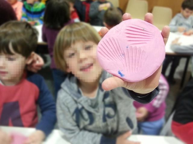 Molde de fósil hecho por un niño