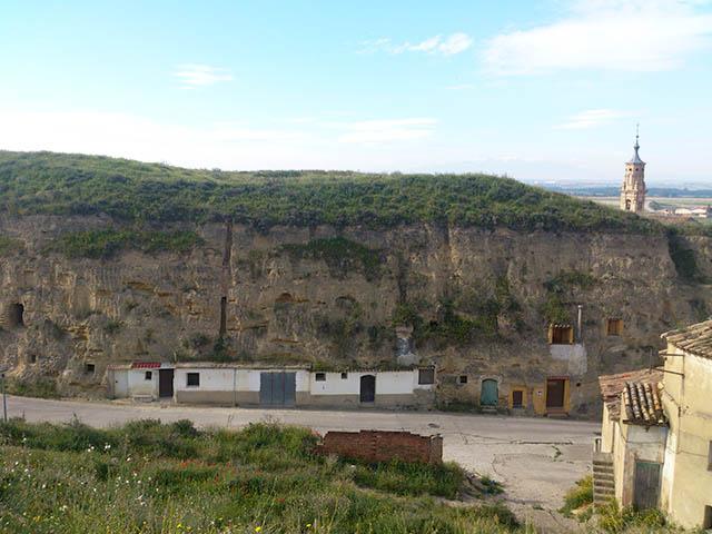 Talud con cuevas que sirven de vivienda en Valtierra (Navarra)