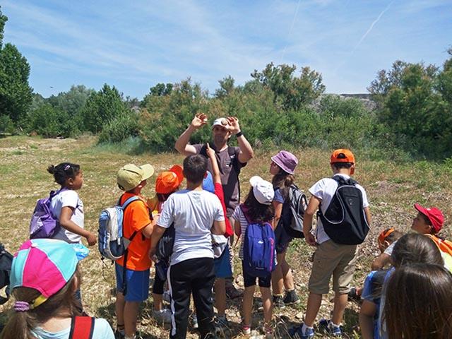 Explicación durante una excursión para alumnos de primaria al río Ebro en Sobradiel, Zaragoza