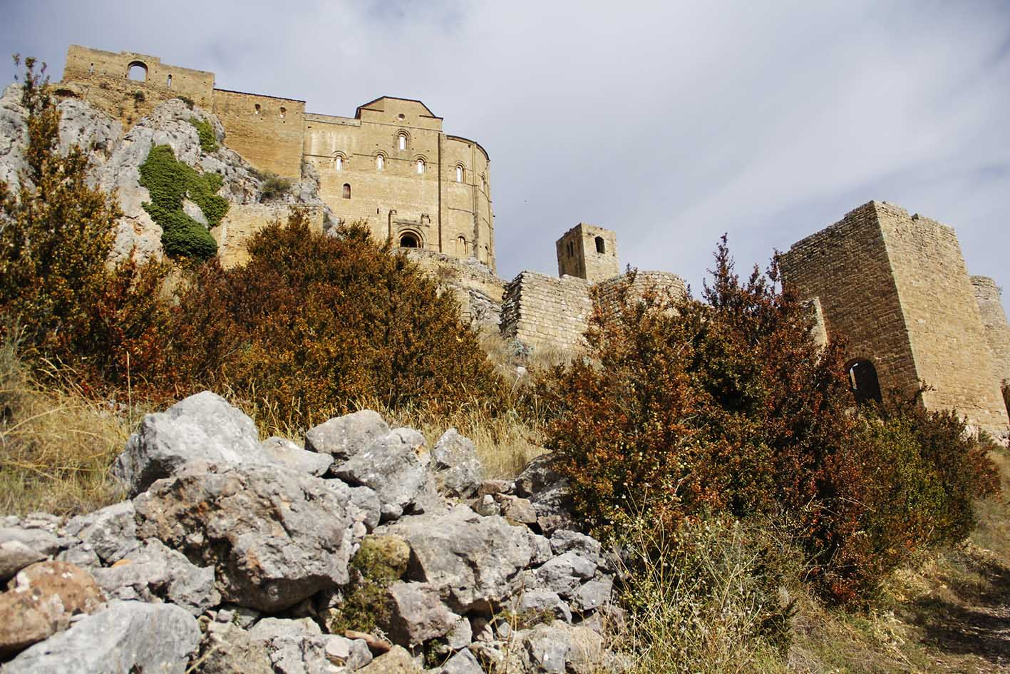 Vista de la muralla del Castillo de Loarre