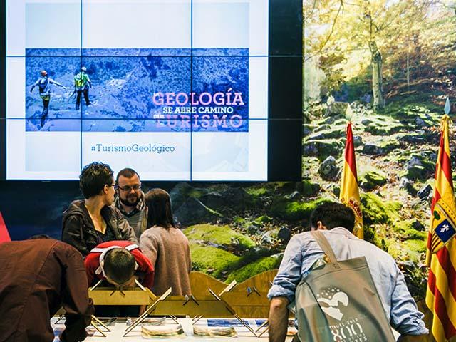 charla sobre turismo y geología en el stand de Aragón. Fitur 2017