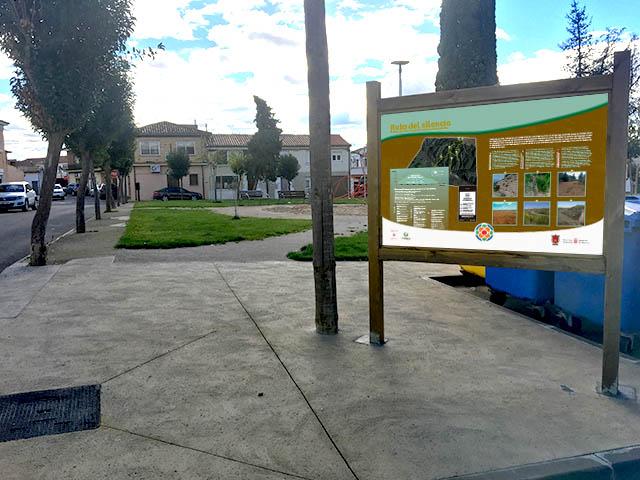 """Panel informativo del inicio del sendero """"la ruta del silencio"""" en Valtierra, Navarra"""