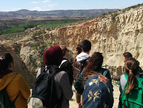 Grupo de estudiantes de la escuela de turismo de la Universidad de Zaragoza visitando la sima de San Pedro en Oliete, Teruel