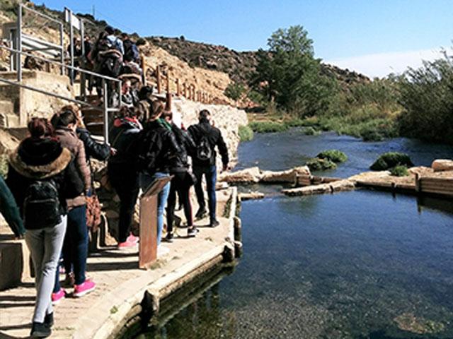 Grupo de estudiantes de la escuela de turismo de la Universidad de Zaragoza visitando los manantiales termales de Ariño, Teruel