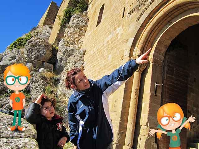 Diana y Jonás acompañando a unos turistas