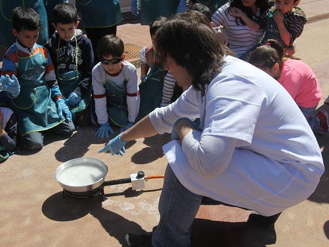 Javi creando cristales de sal con los niños