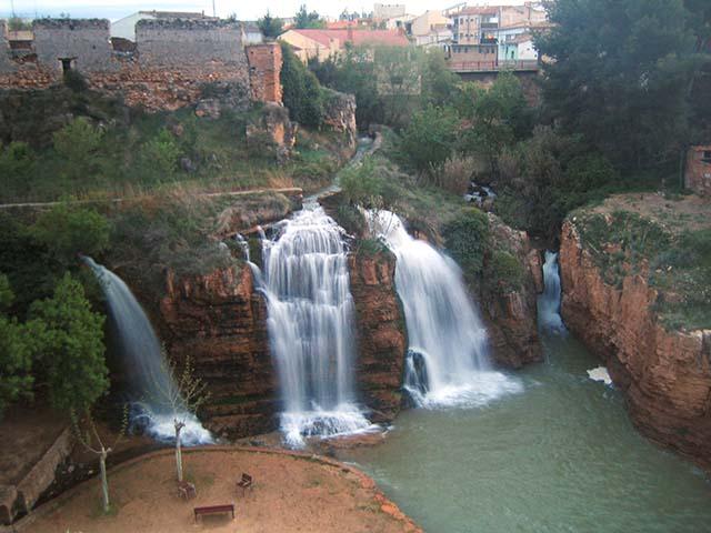 Vista de las cascadas en el parque de Muel, Zaragoza.