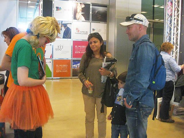 Diana explicando la app a un niño en Aratur