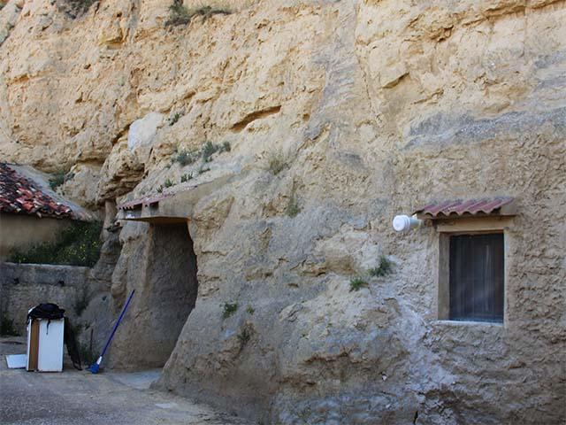 Fachada de una cueva utilizada como vivienda en Valtierra (Navarra)