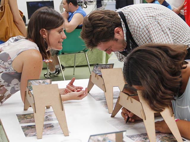 Explicando el taller de la Puebla de Alfindén