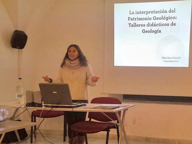 Olga López impartiendo charla de interpretación del patrimonio geologico