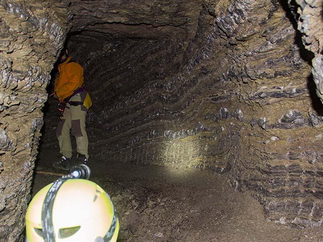 Gente trabajando en el estudio de una mina de sal en Valtierra, Navarra