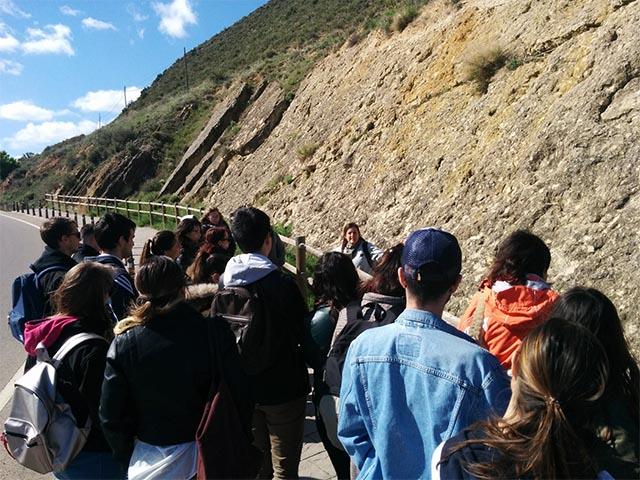 Grupo de estudiantes de la escuela de turismo de la Universidad de Zaragoza visitando el yacimiento de huellas de dinosaurio de Ariño, Teruel