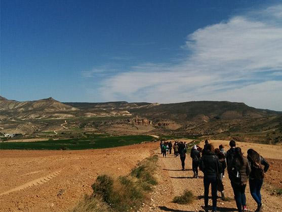 Grupo de estudiantes de la escuela de turismo de la Universidad de Zaragoza caminando en el Parque Cultural del río Martín en Oliete, Teruel