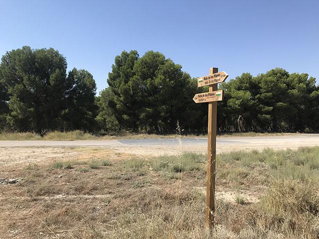 Señal direccional en la ruta senderista de los Pilares en Valtierra (Navarra)