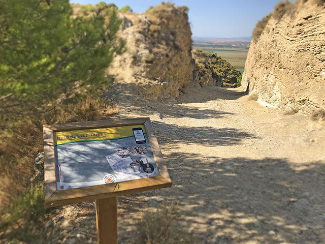 atril interpretativo en la ruta senderista de los Pilares en Valtierra (Navarra)