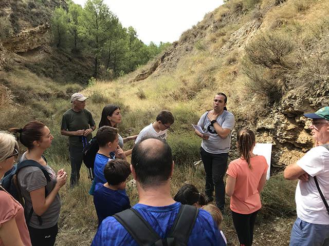 Explicación de una de las minas de sal en la Ruta de las salinas. Valtierra, Navarra
