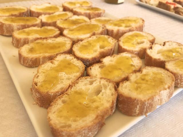 Bandeja con pan tostado y mermelada de aceite de oliva virgen en Valtierra, Navarra