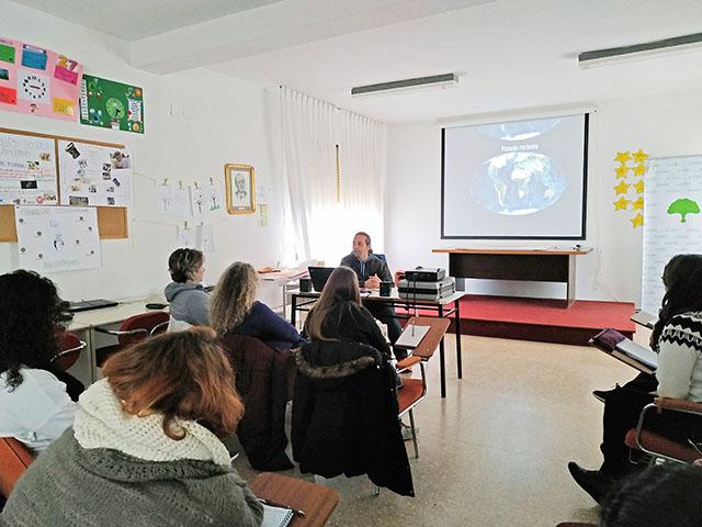 charla sobre cambio climático desde la perspectiva del planeta Tierra.